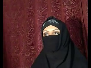 Arab Muslim girl flashing on cam - HornySlutCams.com